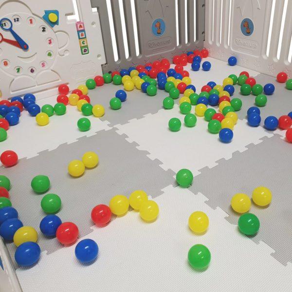 babyartikelen huren Ibiza speelgoed en box met ballen huren
